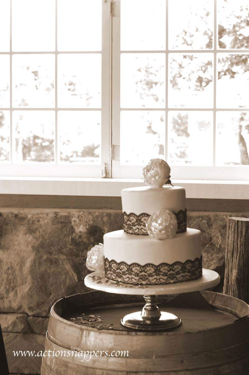 wedding photo of wedding cake at red barn